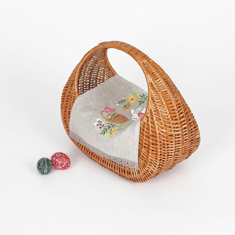 Серветка на дитячу корзинку КРОЛИК З КОШИКОМ 37*25 з мереживом (сірий льон)
